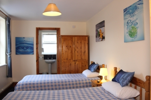 Bed And Breakfast Bristol twin room with ensuite bathroom